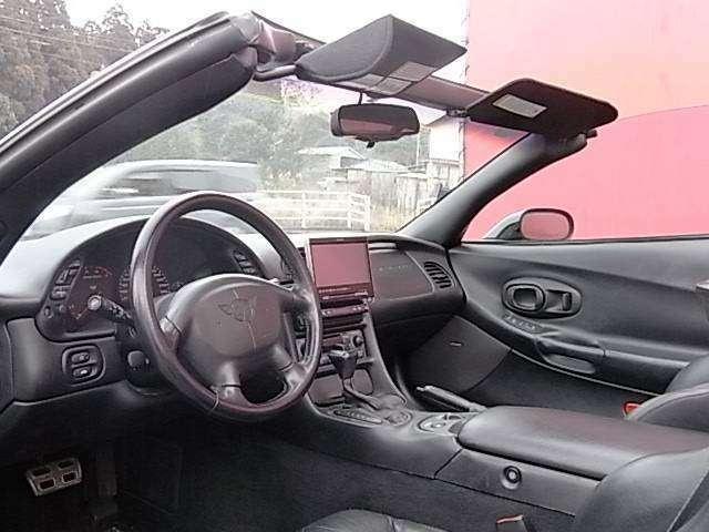 運転席シートに1センチ程度の切れがございます。