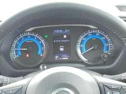 メーターのセンターのカラーディスプレイには運転をサポートするさまざまな情報(燃費等)を表示します。