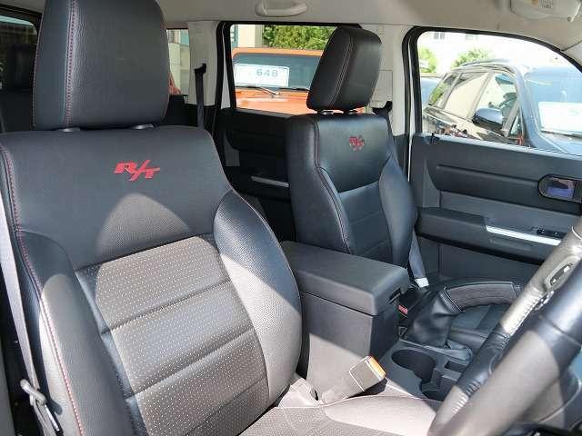 ★R/T専用ロゴ入りブラックレザーシートです♪★運転席、助手席側共に綺麗です♪★レッドのパイピングが格好いいです♪