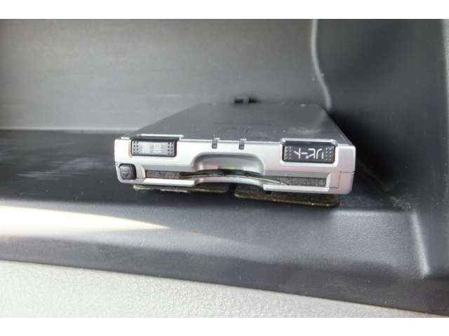 バックカメラも装備されており、非常に便利な車両となります。一度使っちゃうと もう2度と外せないアイテムですね♪♪