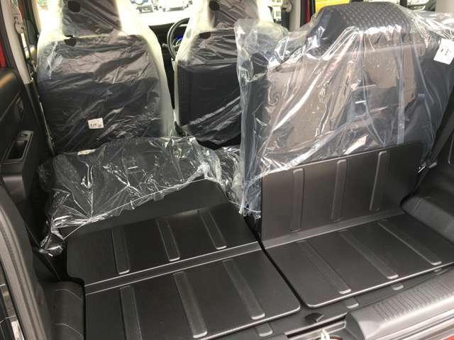 リアシートは中央で分割するので、乗る人数や荷物の大きさによってシートアレンジが可能です!!