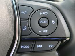 【レーダークルーズコントロール】アクセルペダルを踏まずに一定の車速で走行し前の車との距離が近づくと減速します。高速道路や加速・減速の繰り返しの少ない自動車道などで便利です。