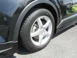 社外アルミホイールを装備しています。タイヤの残り溝も問題ありません。