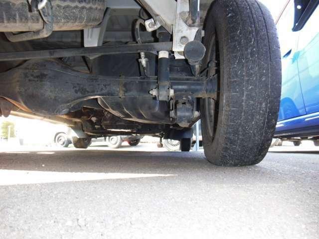 お車の保証はご納車後、1ヶ月または1000kmのどちらか早いほうが対象となります。別途、24か月法定整備付パックや2年間走行無制限保証パックなどのプランをご用意しております。詳しくはスタッフまで!