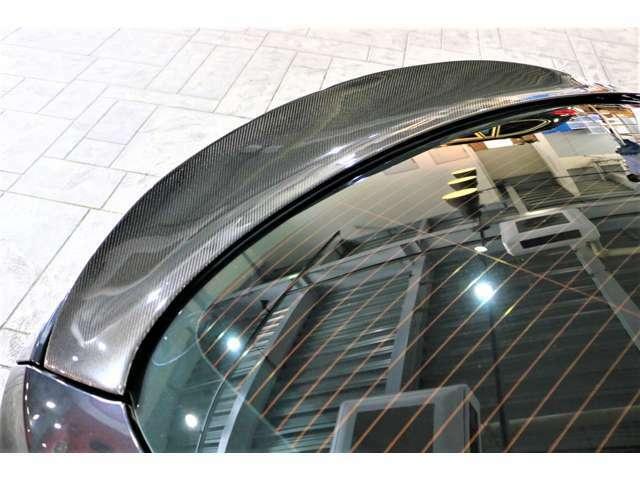 カーボントランクスポイラー装着。時速110km以上になると自動でトランクスポイラーが作動する可変式トランクスポイラー。