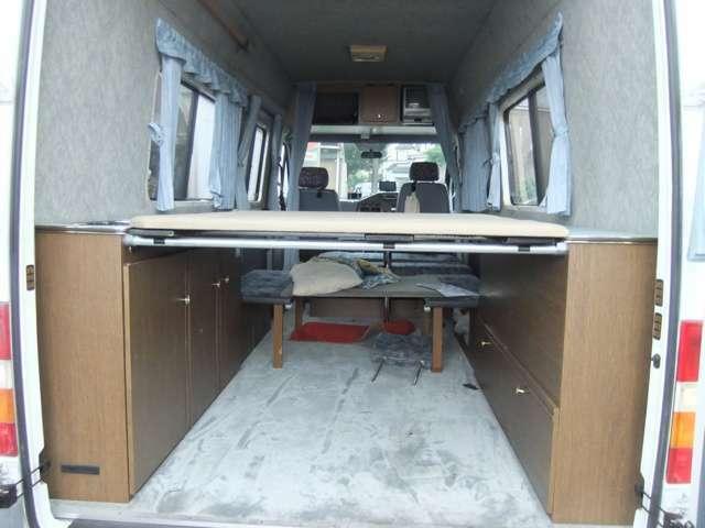 リヤベッド設置の画像です。下もベットルームか荷物置きに出来ます。