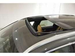 チルトアップ機構付きパノラマスライディングルーフ 大きなグラスエリアで車内も明るく、快適!