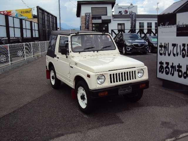 当店はホワイトカラー・ブラックカラーを中心に30台前後の中古車を展示・販売いたしております!