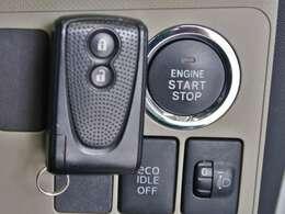 スマートキーを持って、ブレーキを踏んで丸いスタートボタンをポンッと押すだけでエンジンが作動します!!