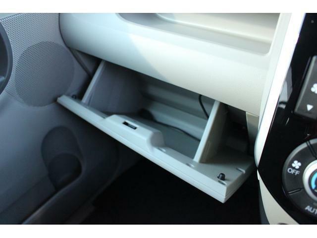 助手席前には、たっぷり収納できるグローブボックスがあります☆車検証や書類等の収納場所にも最適です♪