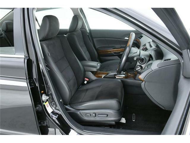シートは高級感あるハーフレザー仕様♪使用感が出やすいとされる運転席もほとんどダメージもなく非常にキレイな状態です!!