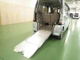 【車椅子仕様車】車椅子や自転車などを乗せる際に便利なアルミスロープが装備されています。