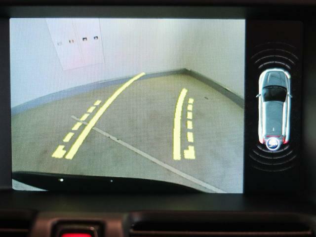 便利なバックビューカメラを装備し、ステアリング舵角に合わせたガイドライン表示もおこないます。