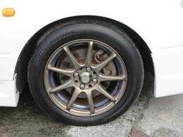 ウェッズスポーツSA70の15インチアルミホイールが装備されています。タイヤの溝もたっぷり!