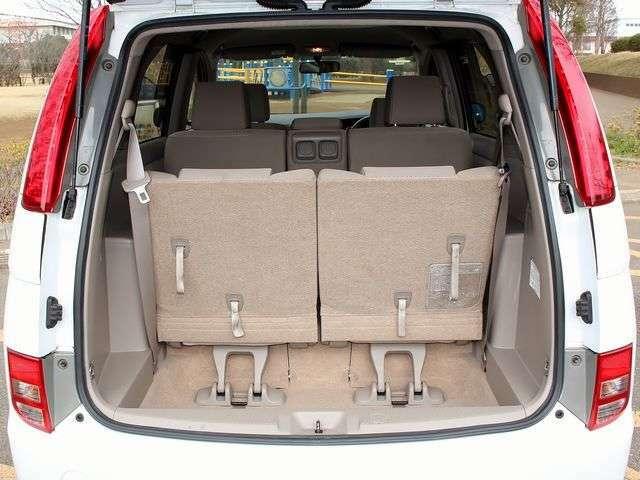 荷室もクリーニング済!リアシートを倒せば荷室は広々ご利用できます!