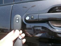 キーレスリモコンを持ってればドアノブのスイッチ押すだけでドアの開錠・施錠もできちゃうのです!結構便利な装備でしょ?