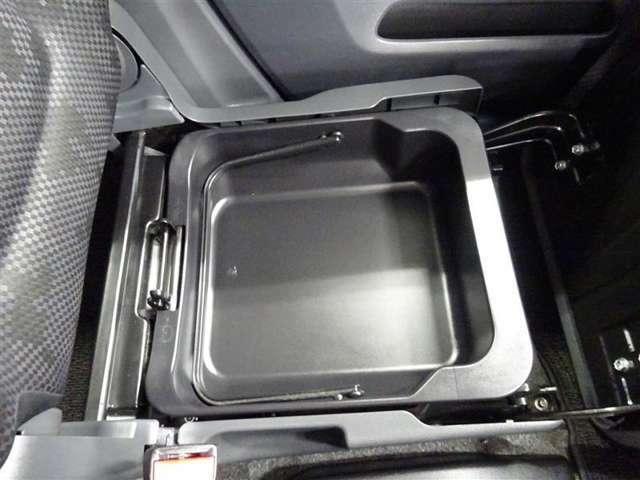 助手席のシート下は大容量の収納スペース♪季節の変化で使用しない物など収納可能です♪