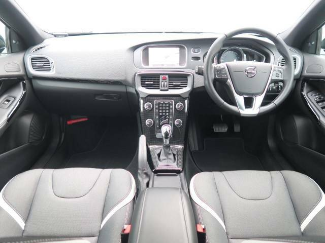 150台限定発売の特別仕様車の『V40クロスカントリーD4ダイナミックエディション』が当店入庫しました!ボディが、白と黒のコントラストで美しい一台です!是非ご覧くださいませ!