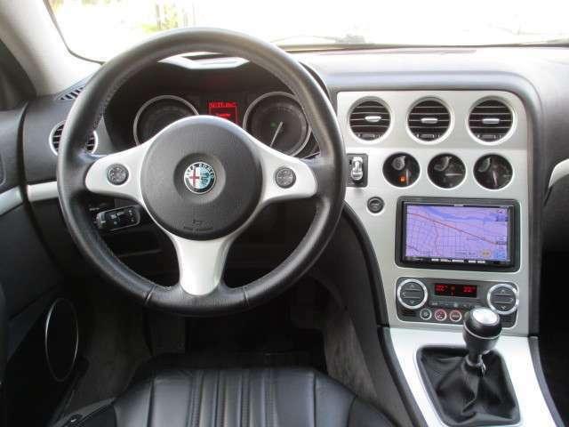 ダイレクトな運転感覚を楽しめる6速マニュアルミッションと左ハンドルの組み合わせのスポーティな運転席!ナビ、TV、ETC、クルコン、リアコーナーセンサー付いてます。