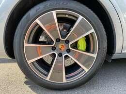 21インチのホイールの中にアシッドグリーンカラーのカーボンブレーキが見えます。車両重量2.5tのカイエンをしっかり停止させます。