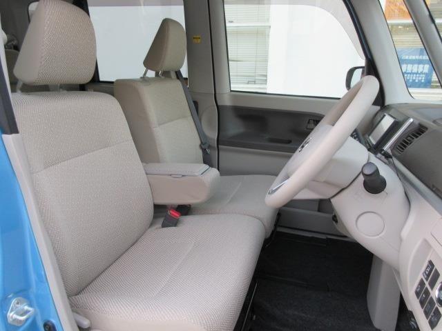 ゆったり使えるベンチタイプのフロントシート(センターアームレスト付)