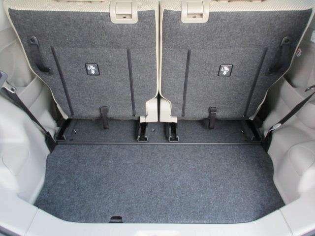 リヤシートを前方スライドへスライドさせると、さらに広いスペース。