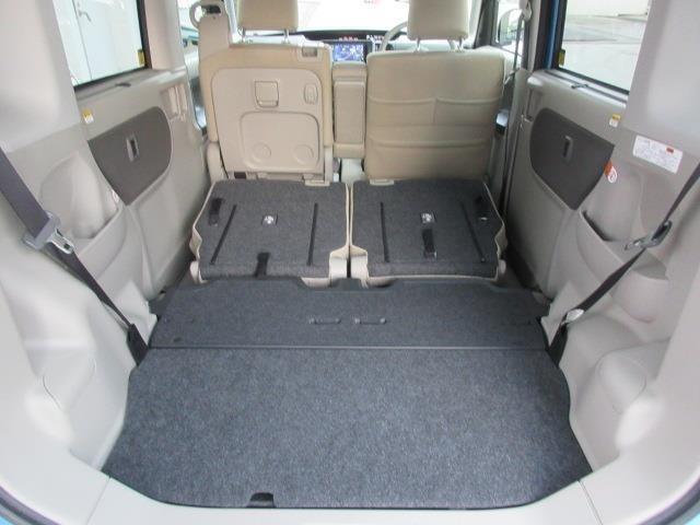 リヤシートを格納すれば、フラットで広いラゲージスペースが生まれます