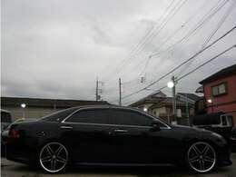 こちらのお車ですが、20インチアルミに車高調付きでキマってます♪4輪共にキャリパーカバー付きで格好良いですよ♪