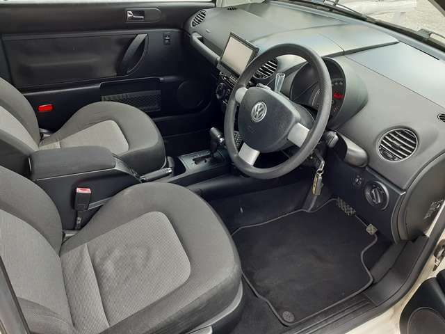 ブラックを基調とした車内♪車内に目立った汚れやキズはございません♪また、タバコやペット臭も無く清潔感のあるお車となっております♪