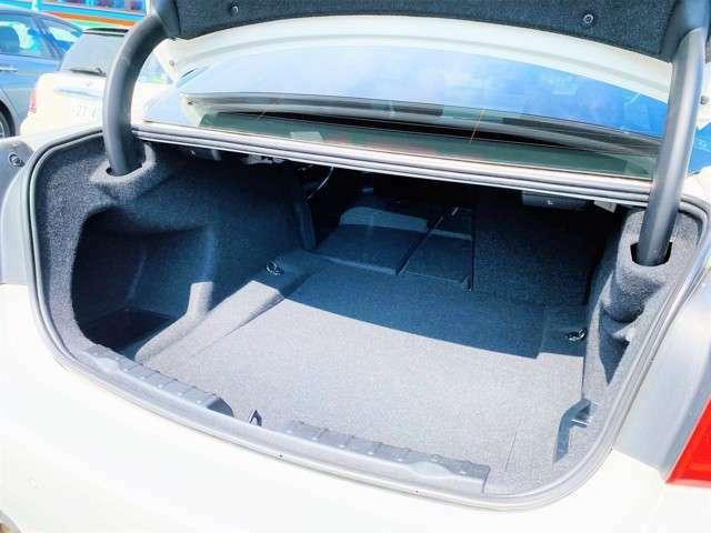 ★ラゲッジスペースはセダンというカテゴリーでは限られてきますが、ゴルフバック等も難なく積むことが可能となっております!後席を片側倒すことで、乗車しながら長物を積みこむことも可能となっております!★