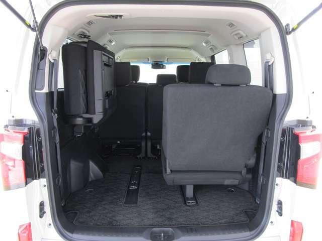 開口部の広い荷室です。荷物の大きさに応じてシートアレンジが可能です。広いラゲッジスペースでキャンプやゴルフにおススメのお車です。