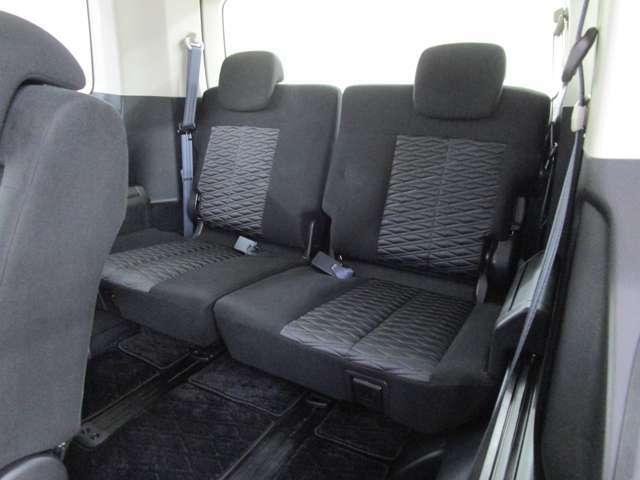 サードシートは5:5分割可倒式 ロングスライド機構付き 跳ね上げ収納で広い荷室を作れます。