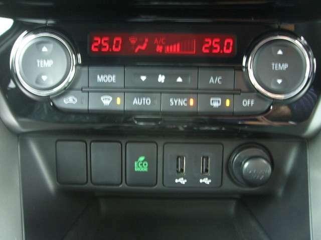 左右独立で温度調整のできるオートエアコンを装備。パネルの下側には純正のUSBポートが2個付いています。
