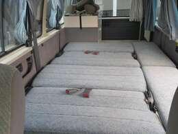 簡単なベッド展開で大型就寝スペースを確保!