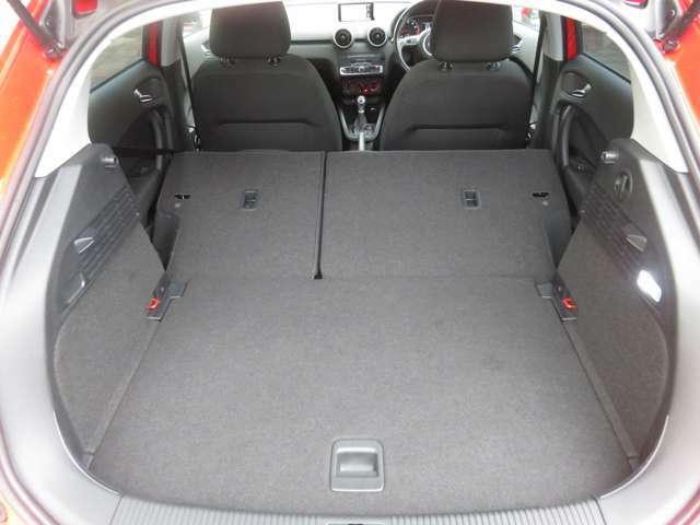 ★後席シートを倒せば広い荷室空間となります★