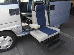 こちらの車両は助手席側 後部座席が電動リフトになる、福祉車両となっております。