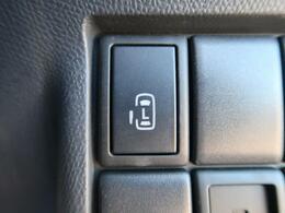 電動スライドドア『小さなお子様でもボタン一つで楽々乗り降り出来ます♪駐車場で両手に荷物を抱えている時でもボタンを押せば自動で開いてくれますので、ご家族でのお買い物にもとっても便利な人気装備☆』
