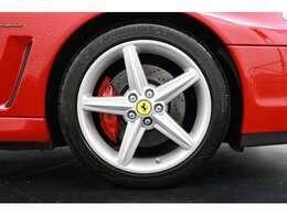 純正18インチマグネシウム製ホイールを装着し人気のロッソキャリパーが映えるデザインです。タイヤ残溝も4本共7分山程度ありすぐの交換の必要は御座いません。