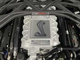 シェルビーGT500に搭載されるV8   5.2L スーパーチャージャー付エンジンは、熟練のマイスターの手によってなんと一基一基が手組みされ、マイスターの名前が刻まれています。