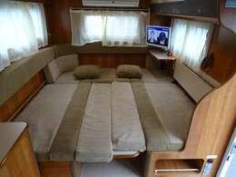 ◆テーブルは格納式なので、手間がかからずサロンベッドを展開できます。大人3名ご就寝いただけます。