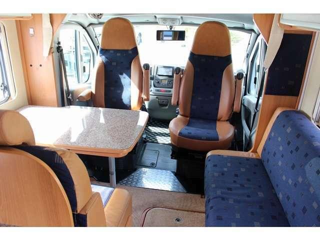 運転席・助手席は回転シートになっております!!
