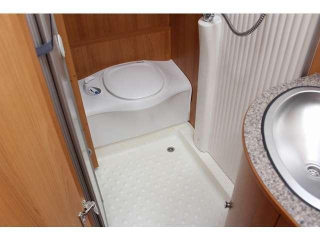 万が一の時も安心なカセットトイレ完備!シャワールームにもなっています!温水ボイラー完備ですので、お湯の使用も可能です♪