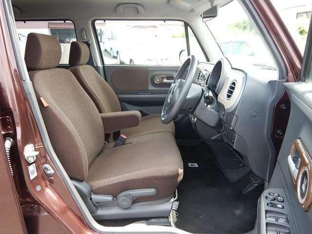 【運転席・助手席側】ベンチシートでゆったり座れます♪シフトレバーがインパネ式なので足元部分もスッキリしていますよ♪運転席側にはシートリフター(座面の高さ調整)が付いています♪