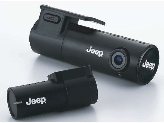 Aプラン画像:Jeepロゴ入りWi-fiフルHDドライブレコーダー。モーションセンサー付きで夜間も安心です。撮影した動画は専用アプリでスマートフォンと連動できます。(リヤカメラの追加は別途+25,000円)
