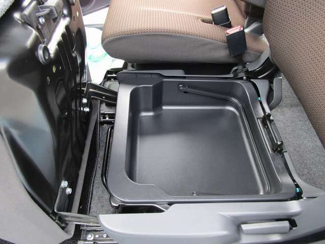 ☆助手席の下には大きな収納BOXがあります。車検証入れなど大切な物の保管に便利です☆
