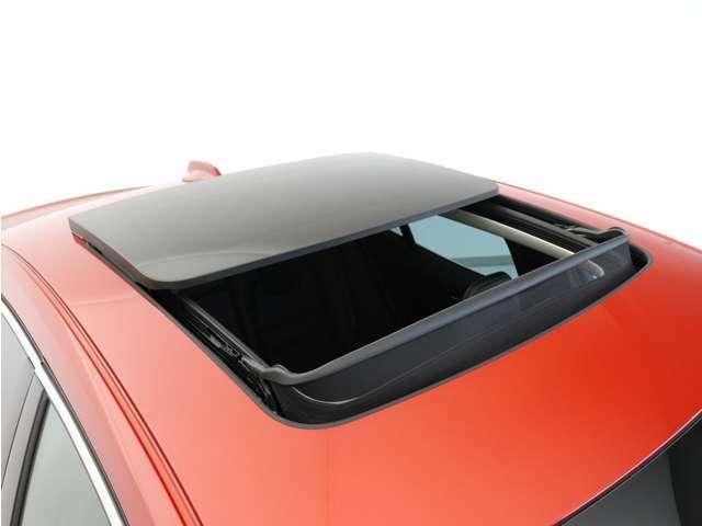 チルトアップ機構付電動パノラマ・ガラス・サンルーフが、キャビンに光と開放感を届けます。不快な眩しさを抑える、濃色ガラスと電動サンブラインドも備えています。