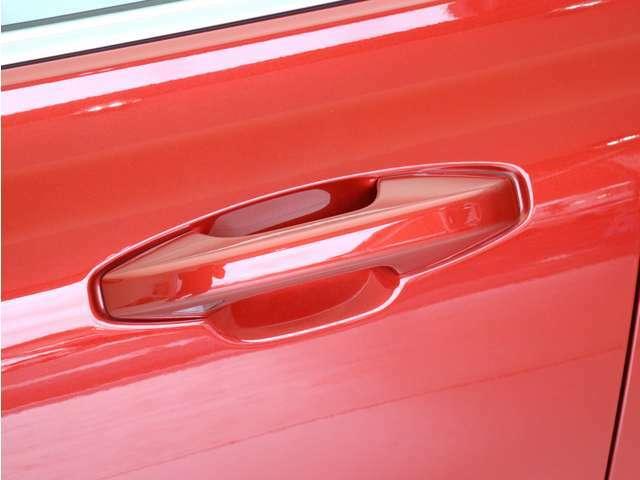 キーレスエントリー搭載。キーを持ったままドアノブを握れば自動で開錠~エンジン始動までスマートに操作が可能です。ロック時はドアのセンサー部に軽く触れるだけで施錠されます。