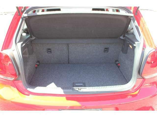 ハッチの操作性も軽く、荷物の多い時は後席背もたれを倒してスペースアップできます。