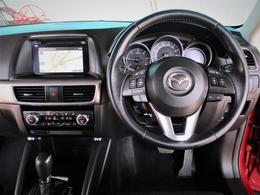 運転する人を中心に機能や装備がレイアウトされたドライビングポジションは、ドライバーの負担が少なく運転操作が楽に出来る様に作りこまれております。