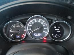 燃費や走行可能距離等も表示できる3連メーターは大型で視認性に優れています。